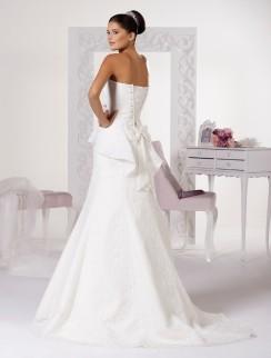 Model 11 - Een subtiel geborduurde kanten 'peplum' jurk met een hartvormige halslijn en een afneembare strik op de rug.