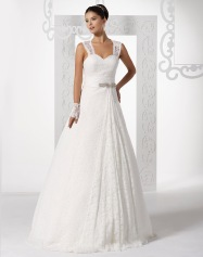 Model 10 - Een subtiel geborduurde kanten vintagestijl jurk met een brede geborduurde band en bijzondere opengewerkte.