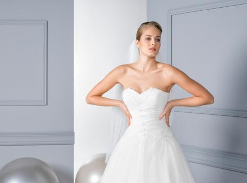 Model 16 - Tule jurk met kanten accenten en een bijzonder gedrapeerd bovenlijfje.