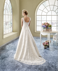 Model 5 - Prachtig subtiel geborduurd kanten jurk met een opengewerkte rug.