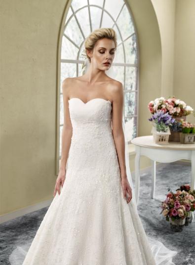 Model 4 - Een prachtig compleet geborduurd kanten jurk met een zeer bijzondere halslijn in hartvorm.