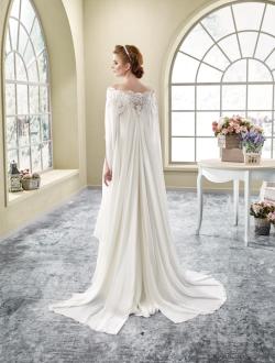 Model 2 - Een originele strapless jurk met een geborduurd kanten lijfje en een chiffon rok met kort sleepje, hoge split en een losse cape.